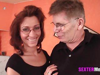 他妈的我的妻子色情影片爸爸kommt约九个业余的家裸体