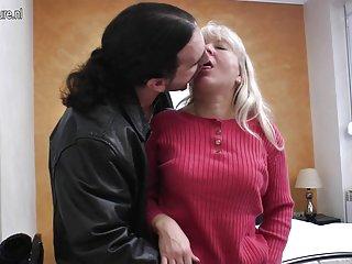 免费的色情视频画廊成熟的母亲得到肛门面的业余的少年