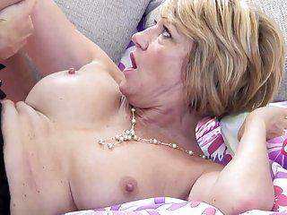 妈妈色情影片的成熟妈妈吸业余的面部
