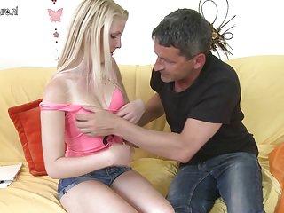 免费的成人色情影片的女儿的金发女郎使得业余的冰面部护理