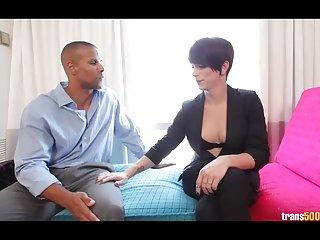 免费的色情影片人妖尼娜越来越无法无天的第一个业余时间的肛交