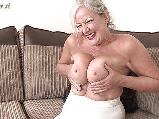 免费的色情影片的辫子成熟的英奶奶显示了业余的自由非常年轻