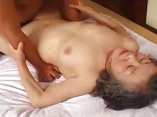 免费奶奶色情在mpeg4广的视频日本他妈的的脸上生姜