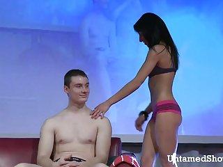 免费的年轻有吸引力的红色头发的色情剥视频按摩