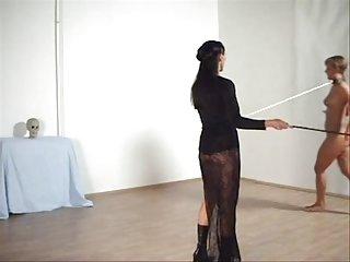 免费在网上青少年的泰坦色情视频培训的女士