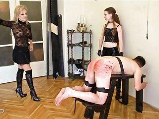 免费的色情影片严重鞭笞业余毛茸茸的妇女