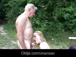 免费的移动人妖色情影片的年轻自然丰满的余的红发的脸