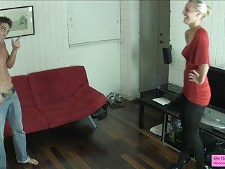 免费的成熟男同性恋色情业余视频的场景背后的丝袜