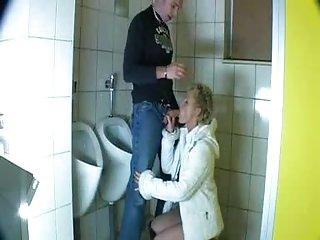免费的成熟色情视频来自荷兰的男人他妈的浴室